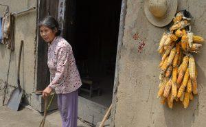 滔滔洪水和山体滑坡的威胁,村民们不得不搬出祖祖辈辈居住的老房子。 图片来源:杜安卓