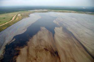 从油砂中提炼一桶石油,要比常规来源的石油多产生5%到20%的排放。图片来源:David Dodge