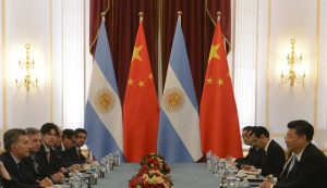 Presidents Macri (l) and Xi (r) at a table meeting in Washington (photo credit: Casa Rosada). country flags displayed at the end of the table