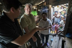 Al Gore with former Mayor of Tacloban City Alfred Romualdez and Typhoon Haiyan survivor Demi Raya in Tacloban City, Philippines (Image: Jensen Walker)