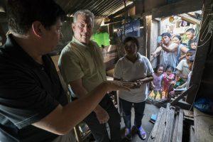戈尔在时任菲律宾塔克洛班市市长的陪同下慰问台风海燕的受众群众。图片来源:Jensen Walker