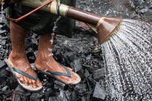 当地人正在缅甸杰沙附近的土窑上冷却木炭,这个土窑7天生产130袋木炭。摄影:内森·西格尔/Mongabay