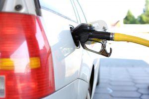 """下调汽车油耗标准恐怕会大大降低美国汽车制造商在全球的影响力。图片来源:<a href=""""https://pixabay.com/en/refuel-petrol-stations-gas-pump-2157211/"""">andreas160578</a>"""