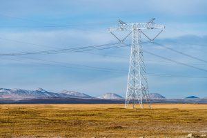 青藏高原上的高压输电线。图片来源:Alamy
