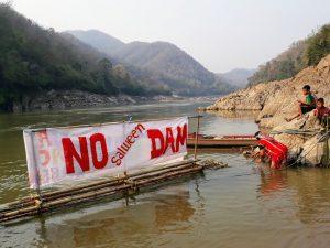 """萨尔温江上立着&ldquo;不要大坝&rdquo;的标语。图片来源:<a href=""""https://www.flickr.com/photos/internationalrivers/39932514905/"""">International Rivers</a>"""