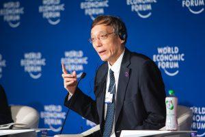 """刘世锦在2019年世界经济论坛新领军者年会讲话。图片来源:<a href=""""https://www.flickr.com/photos/worldeconomicforum/48169114706/"""">World Economic Forum</a>"""