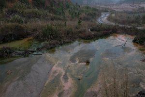 雨季,浸矿池和矿山上残留的化学品顺着地势流向矿区内的大小河流。摄影:刘虹桥