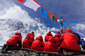 """队员们在6500米的前进营地举行上山前的煨桑仪式。按照惯例珠峰攀登者要举行煨桑仪式,""""桑""""是藏语""""祭礼烟火""""的意思,是当地一种古老的祈求神佛保佑的法事。图片来源:李进学"""