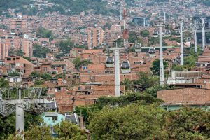 The cable car Metrocable in Medellín allows slum dwellers to be connected to the city center in an affordable manner. (Image: Alamy)