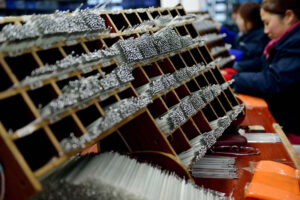 Workers sort mercury thermometers in Jiangsu province (Image: Alamy)
