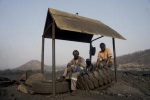 """旺吉(Hwange)马科莫资源公司的煤矿上,矿工们正在休息。马科莫资源公司与赞比西煤气公司的煤矿是万盖地区新开发的两个煤矿。 图片来源:<a href=""""https://www.kbmpofu.com/"""">KB Mpofu</a> / 中外对话"""