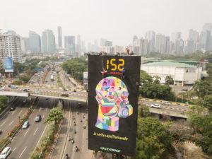 Activists installing a billboard in Jakarta. (Image: Jeri Kusumo / Greenpeace)